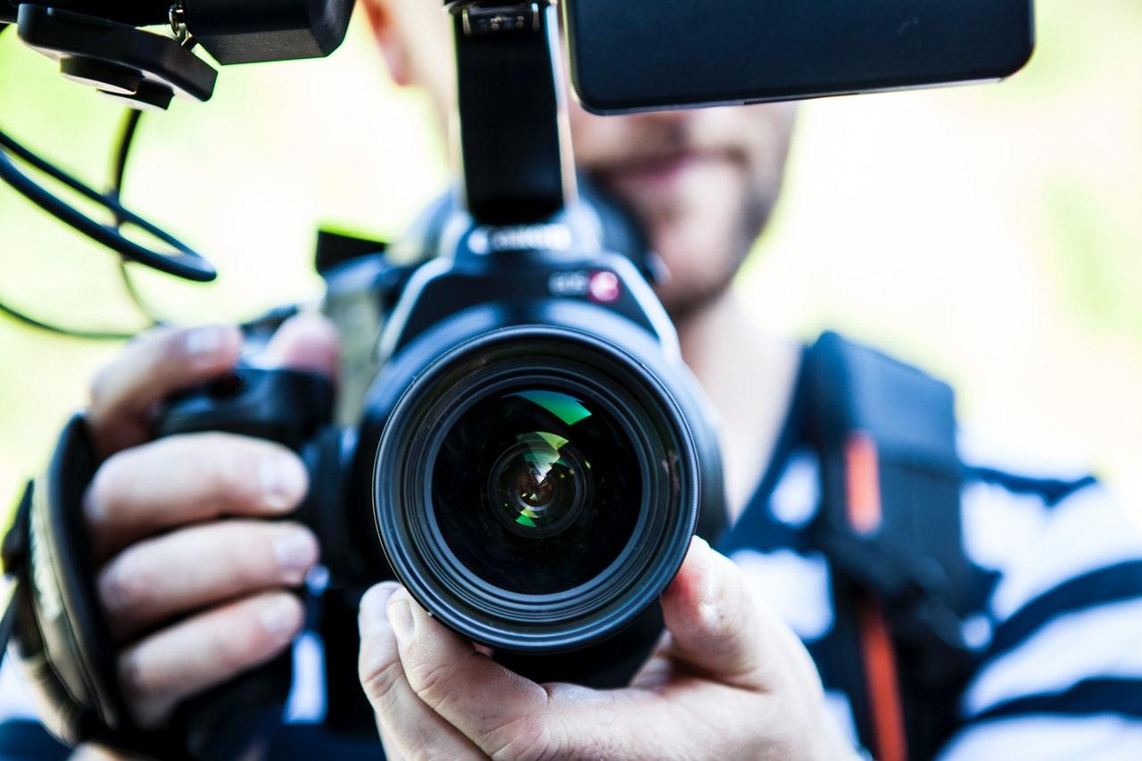 Produktvideos liegen im Trend. Da in Videos in kurzer Zeit viele Informationen vermittelt werden können, haben sie sich als Marketingmaßnahme mittlerweile gut etabliert.  Viele Unternehmer sind allerdings der Meinung, dass ein… Mehr lesen